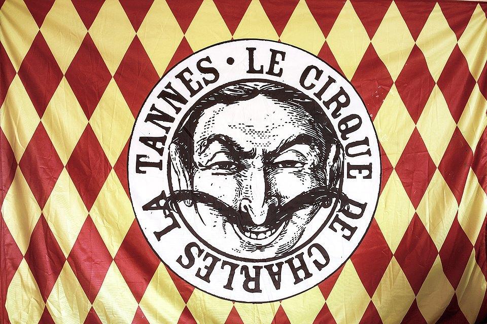 Это наш (цирка Шарля Ла Танна) корпоративный флаг. Теперь ни одно публичное выступление не обходится без него. Изображение № 12.