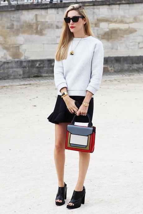 Сочетание простой одежды, толстовки с мини-юбкой, не выглядит по-простецки графичной сумки. Изображение № 2.