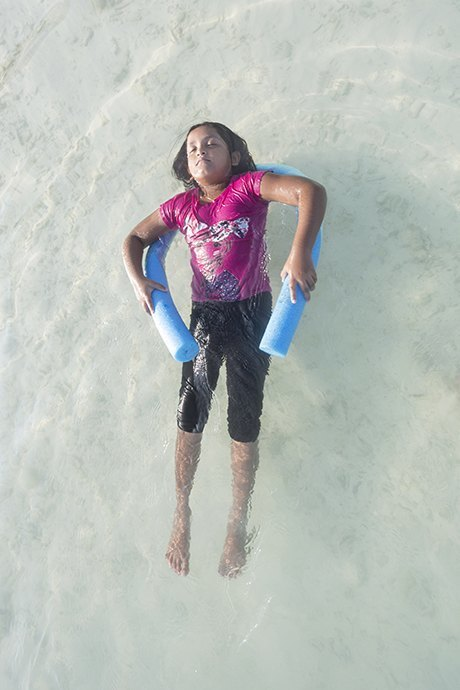 «Weightless»: Мальдивские девушки в океане, который скоро поглотит их страну. Изображение № 6.