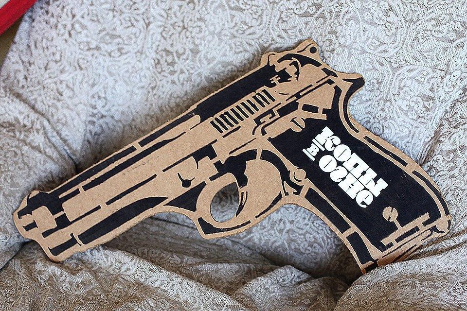Картонный пистолет — главное оружие копов из хип-хоперы «Копы в огне». Изображение № 13.
