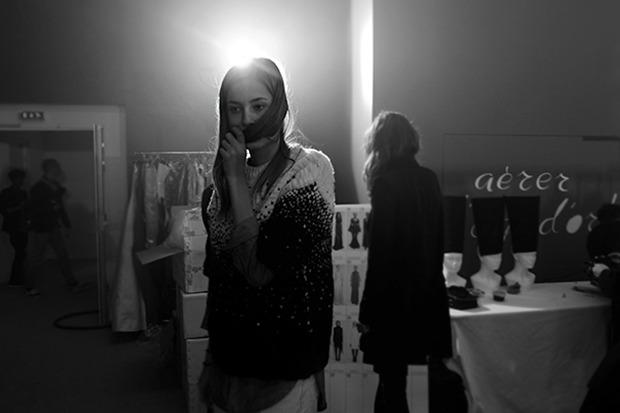 Бэкстейдж Gareth Pugh: Алые платья и «заплаканные» модели. Изображение № 35.