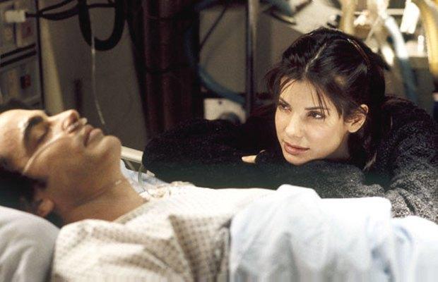 «Пока ты спал», 1995  Сандра Буллок решает охмурить мужчину, удобно страдающего амнезией: сначала представляется его невестой, а потом и вовсе заводит роман с его братом. Изображение № 10.