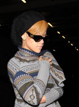 Певица Рианна в винтажных очках Versace. Изображение № 3.
