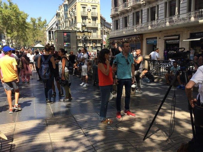 На улицах Барселоны  и в соцсетях почтили память жертв теракта. Изображение № 5.