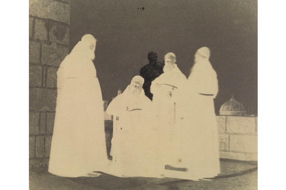 Это одна из первых документально сохраненных отретушированных фотографий. Кальверт был живописцем и вымарал одного из монахов, портящего его композицию, на негативе. Он не только привез с путешествия по Мальте фотографии, которые продавал как открытки, но и дорисовал в некоторые из них фигуры людей и детали.. Изображение № 6.