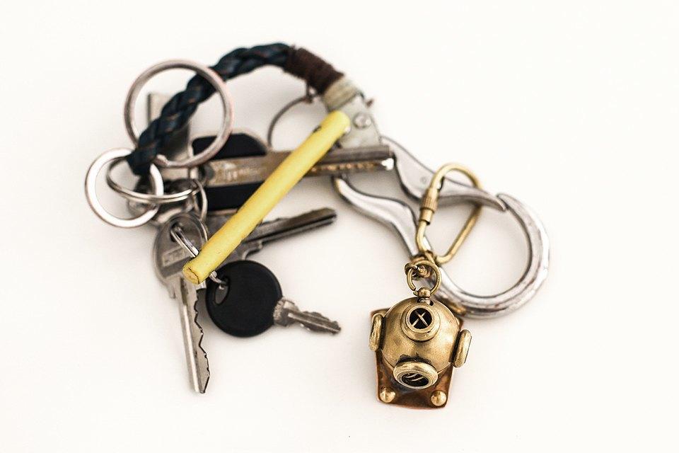 Ключи от всего. Шлем водолаза - подарок Саши Таксиста, сильно похож на эмблему журнала Port, кстати говоря. Изображение № 13.