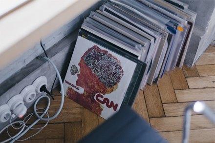 Дизайнер марки Sand Dune Даша Филатова у себя в гостиной. Изображение № 9.
