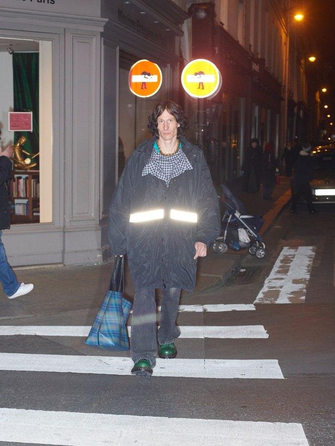 В новом лукбуке Balenciaga снялись обычные парижане. Изображение № 32.