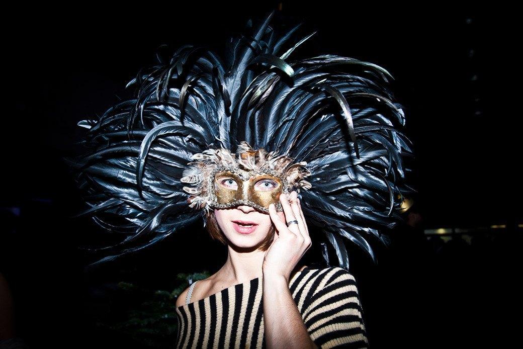 Маски из перьев  и цветы в волосах  на вечеринке «Martini карнавал». Изображение № 4.