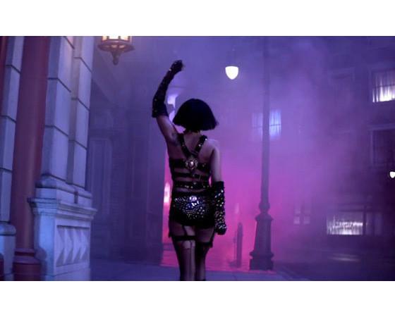 Леди Гага в наряде от Versace в клипе Edge of Glory