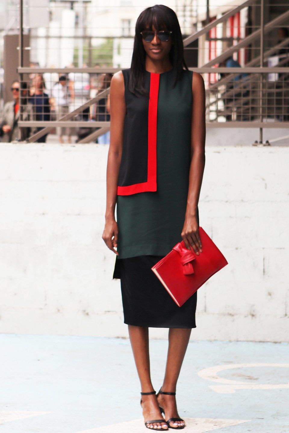 Геометричная деталь на платье перекликается с геометрией клатча. Изображение № 22.