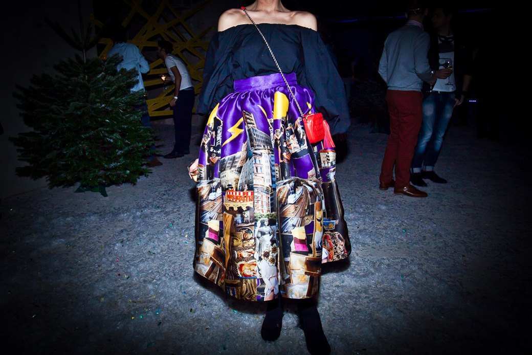 Маски из перьев  и цветы в волосах  на вечеринке «Martini карнавал». Изображение № 13.