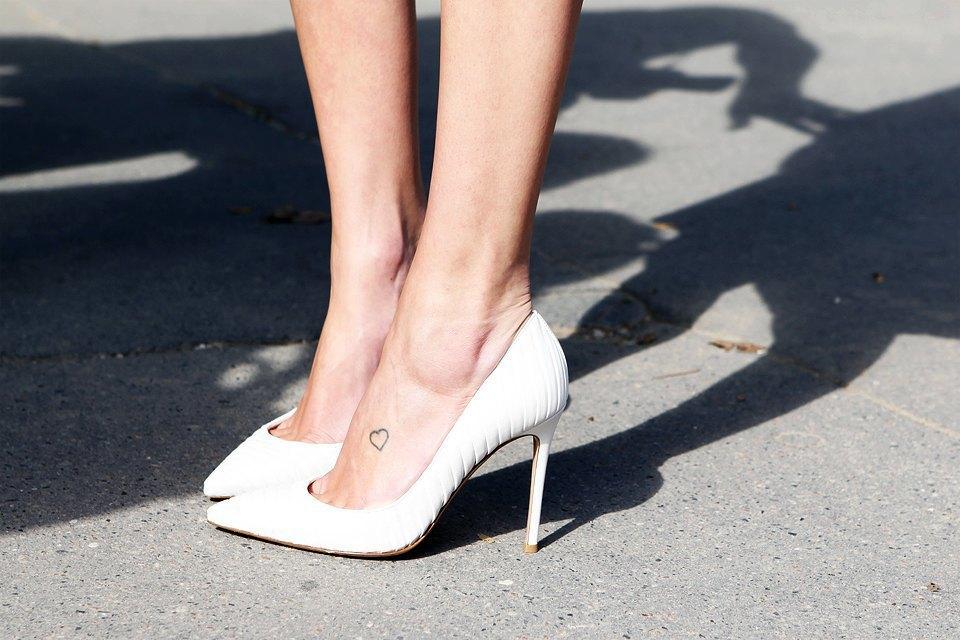 Татуировка-сердечко на ноге выглядит трогательно, ну а лодочки можно надеть любые. Изображение № 4.