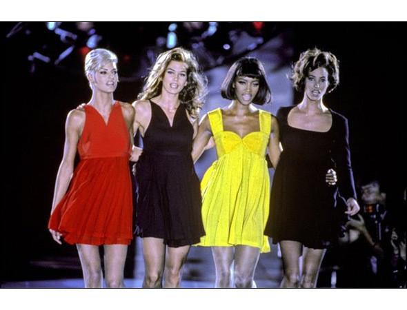 Линда Евангелиста, Синди Кроуфорд, Наоми Кэмпбелл и Кристи Терлингтон на финальном проходе показа Versace, 1991