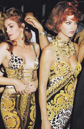 Модели Линда Евангелиста и Синди Кроуфорд на бэкстейдже показа Versace, 1992