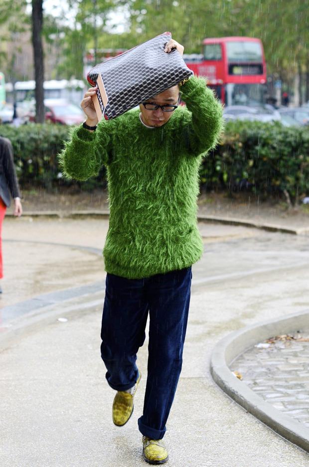 Десяток модников под зонтом, японец с двумя шарфами и другие гости Paris Fashion Week. Изображение № 28.