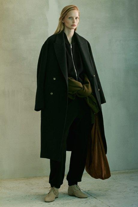 С чем носить объёмное пальто: 10 модных образов. Изображение № 16.
