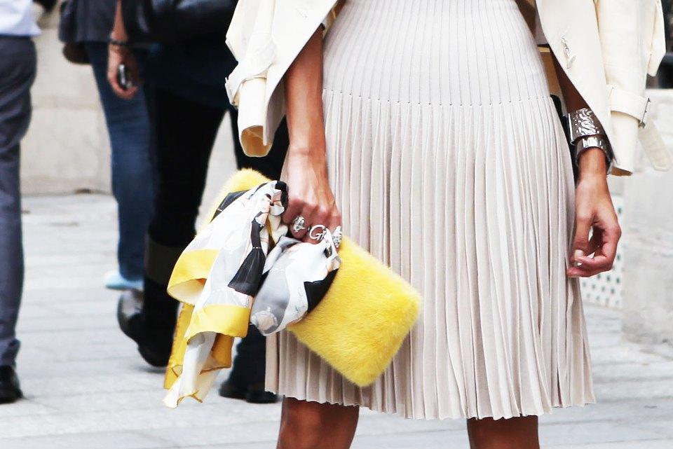 Пастельные цвета  и широкополые шляпы на гостях  Paris Fashion Week. Изображение № 9.
