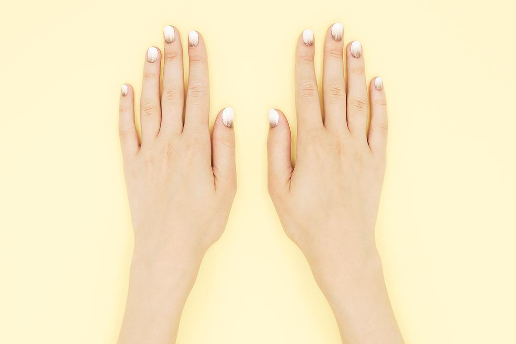 Мы уже показывали, как сделать эффект омбре на ногтях, но с тех пор узнали про лайфхак, о котором не можем молчать.. Изображение № 1.