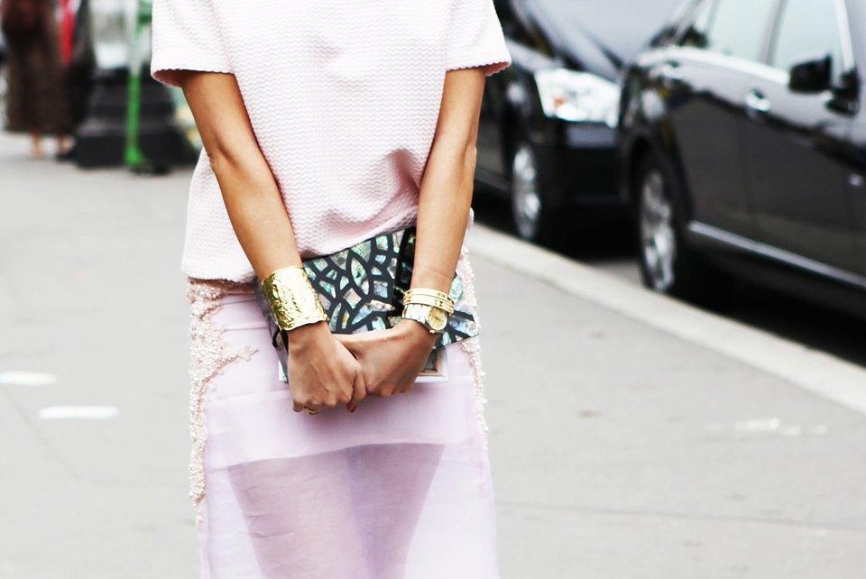 Пастельные цвета  и широкополые шляпы на гостях  Paris Fashion Week. Изображение № 16.