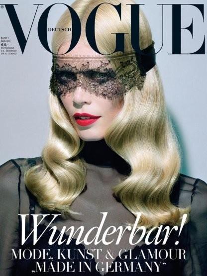 Клаудия Шиффер на обложке немецкого Vogue, август 2011. Изображение № 22.