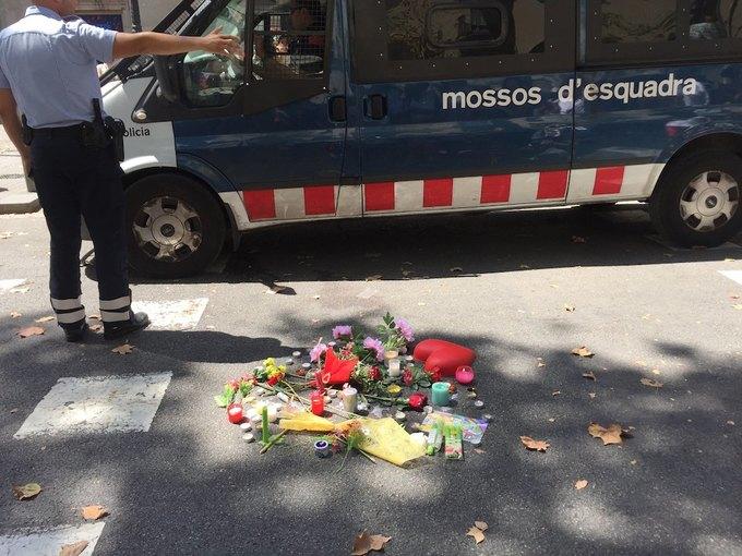 На улицах Барселоны  и в соцсетях почтили память жертв теракта. Изображение № 6.