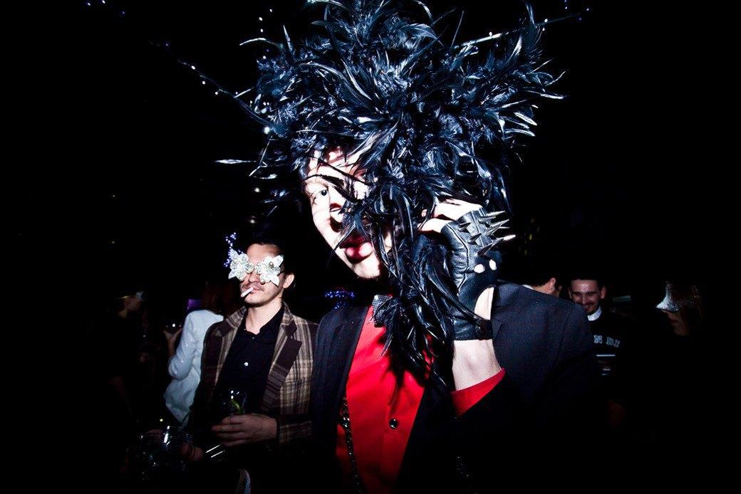 Маски из перьев  и цветы в волосах  на вечеринке «Martini карнавал». Изображение № 18.