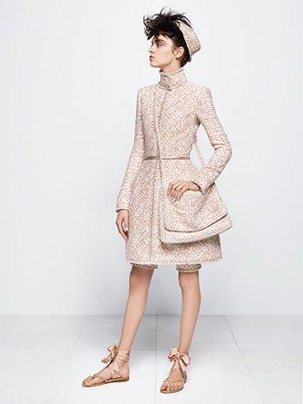 На показе Chanel Haute Couture были шлепанцы  и беременная модель. Изображение № 7.