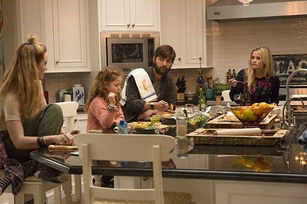 Над пропастью во лжи: Риз Уизерспун и Николь Кидман в сериале «Big Little Lies». Изображение № 9.