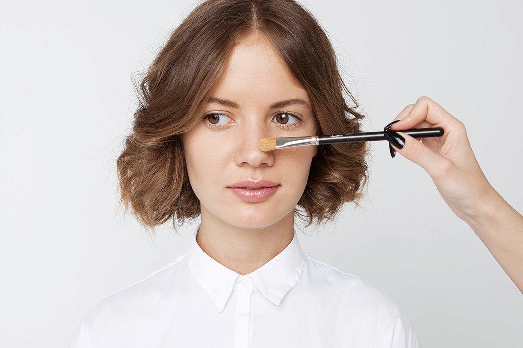 Если кожа не жирная, можно выделить и спинку носа, но мы считаем, что на каждый день это ни к чему. Изображение № 5.