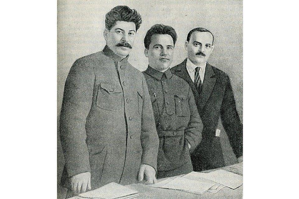 Иосиф Сталин, Сергей Киров и Николай Шверник из «Истории СССР, ч. 3», Москва, 1948. Антипов был арестован и расстрелян в 1937 году.. Изображение № 14.