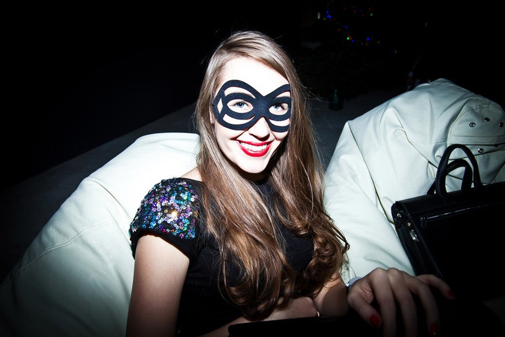Маски из перьев  и цветы в волосах  на вечеринке «Martini карнавал». Изображение № 8.