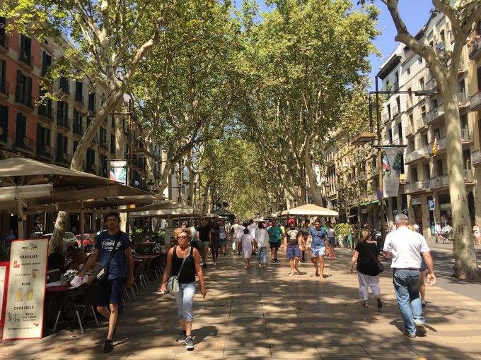 На улицах Барселоны  и в соцсетях почтили память жертв теракта. Изображение № 2.
