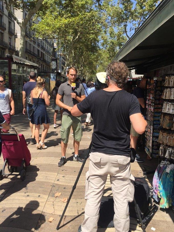 На улицах Барселоны  и в соцсетях почтили память жертв теракта. Изображение № 8.