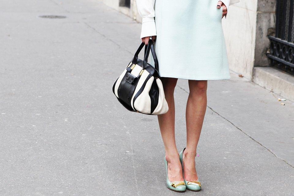 Пастельные цвета  и широкополые шляпы на гостях  Paris Fashion Week. Изображение № 5.