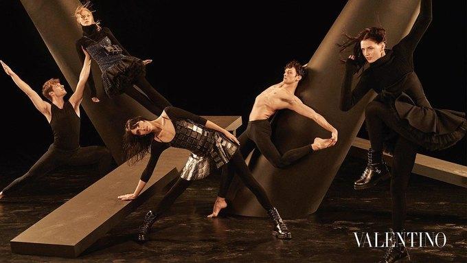 Valentino опубликовали рекламную кампанию, вдохновлённую балетом. Изображение № 3.