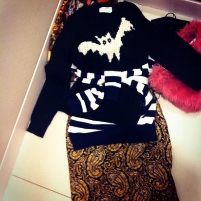 Мимо свитеров с летучей мышью я тоже не смогла пройти мимо - есть в них что-то темное и детское в одно и то же время. Отличная вещь для Halloween. . Изображение № 7.