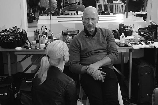 Другой визажист MAC Терри Барбер в этот раз может спокойно посидеть на стуле, временами давая советы Энг и ее команде. Изображение № 14.