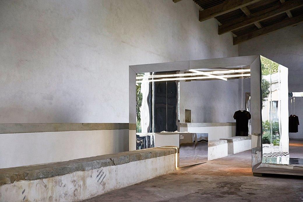 Концепт-сторы, дворцы и хрущевки: Как мода взаимодействует  с архитектурой. Изображение № 6.