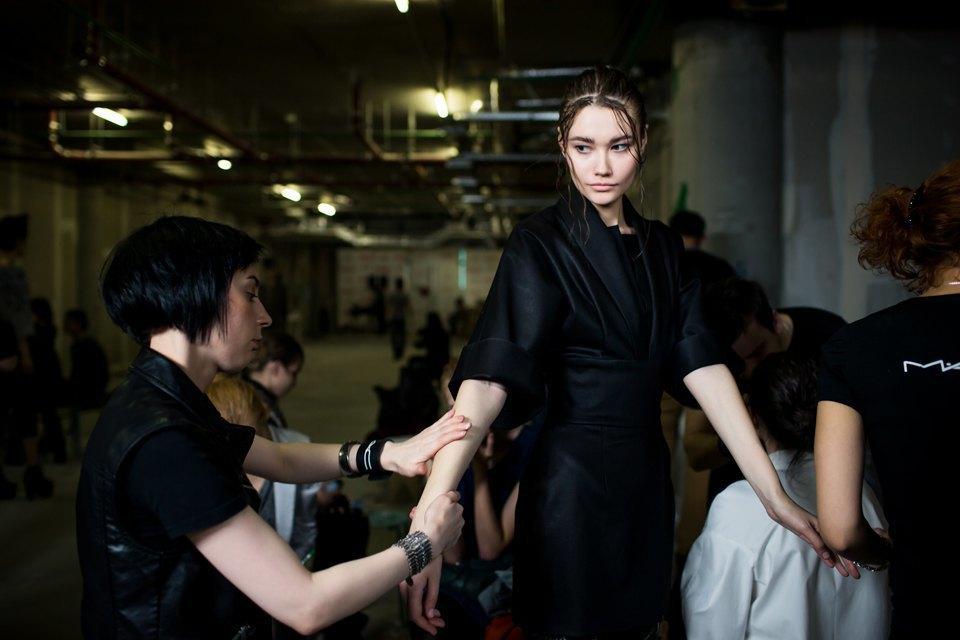 Репортаж: Шляпы с камеями  и прозрачные платья  на показе Alexander Arutyunov. Изображение № 8.