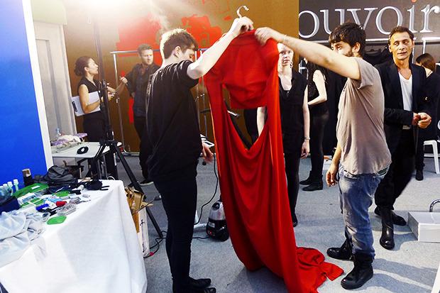 Бэкстейдж Gareth Pugh: Алые платья и «заплаканные» модели. Изображение № 30.