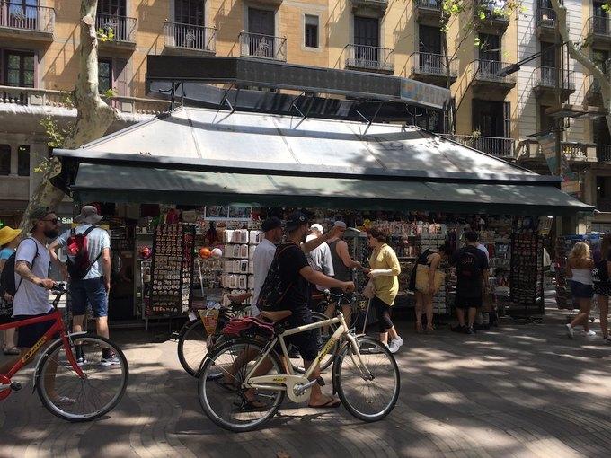 На улицах Барселоны  и в соцсетях почтили память жертв теракта. Изображение № 7.