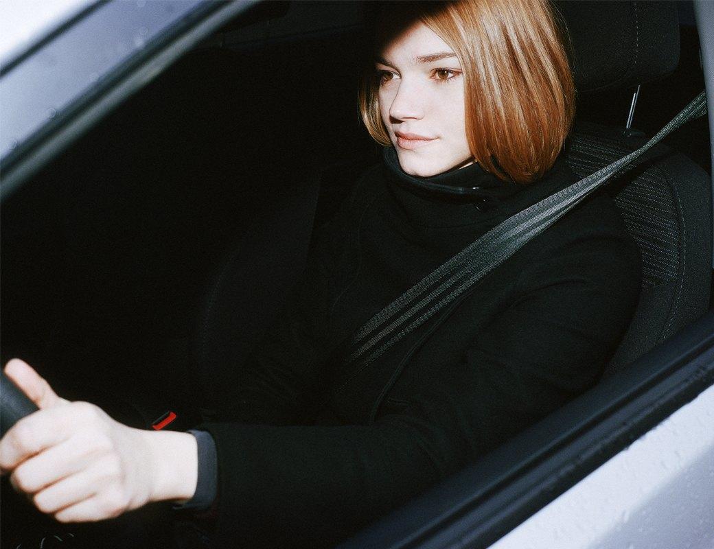 Девушка за рулём с парнем