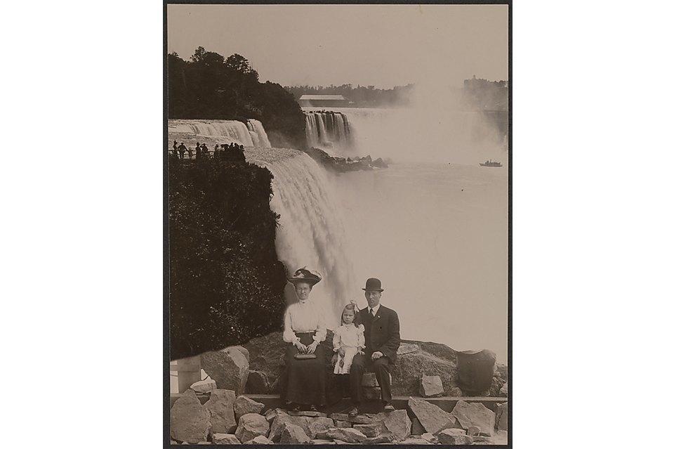 1905 год, семья «на Ниагарском водопаде» (на самом деле — в студии).. Изображение № 10.