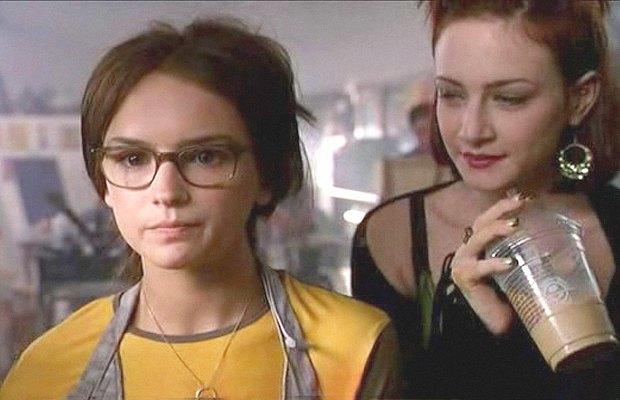 «Это всё она», 1998История «She's All That» стара как мир: как только героиня снимает очки, неубедительный нахал Фредди Принц-младший моментально прозревает. Изображение № 5.