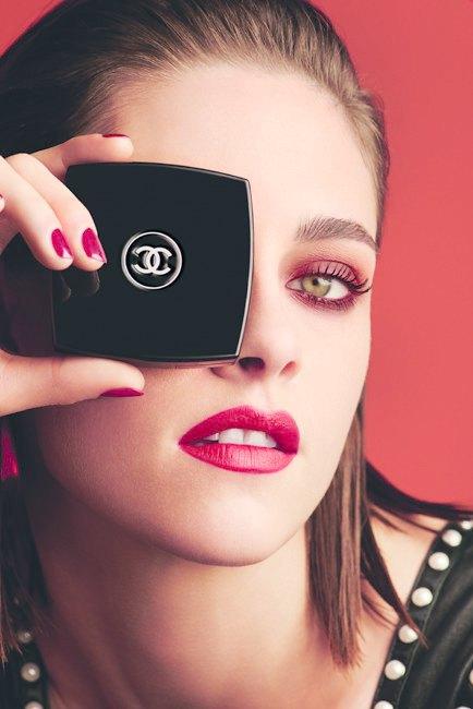 Кристен Стюарт демонстрирует красные смоки в рекламе Chanel. Изображение № 2.