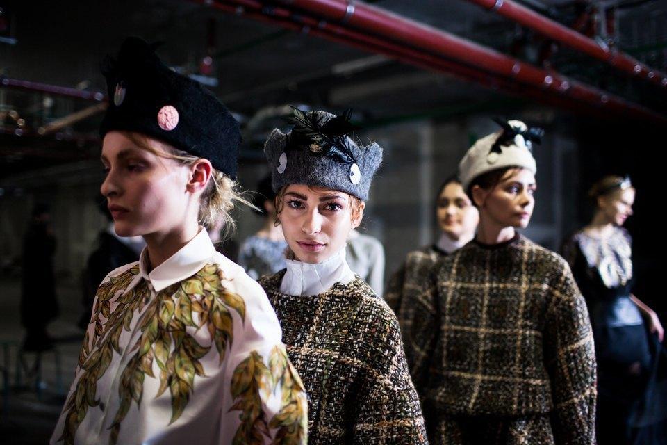 Репортаж: Шляпы с камеями  и прозрачные платья  на показе Alexander Arutyunov. Изображение № 20.