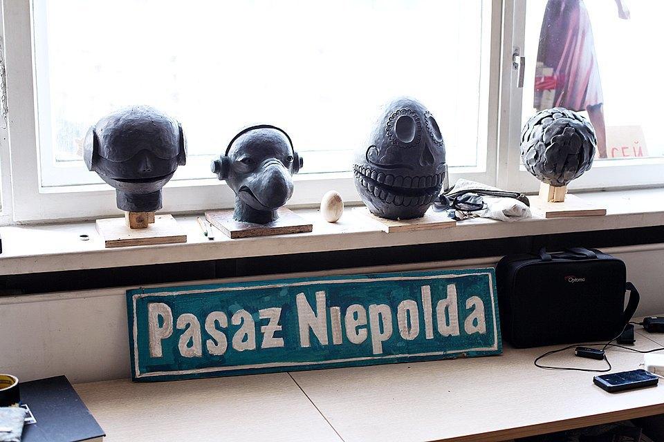 Пассаж Ниепольда — это самое злачное место в польском городе Вроцлав, местный аналог заведения, находящегося в Москве по адресу Столешников, 14. Сверху заготовки форм для кукол спектакля «Комната сновидений Dreamteam». Изображение № 14.