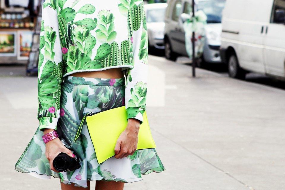 Топ и юбка с кактусами, металлизированный браслет и неоновые кроссовки — по отдельности звучит избито, но вместе выглядит свежо . Изображение № 23.