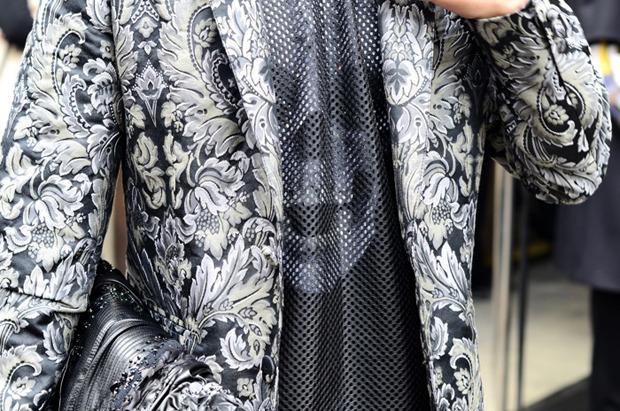 Десяток модников под зонтом, японец с двумя шарфами и другие гости Paris Fashion Week. Изображение № 18.